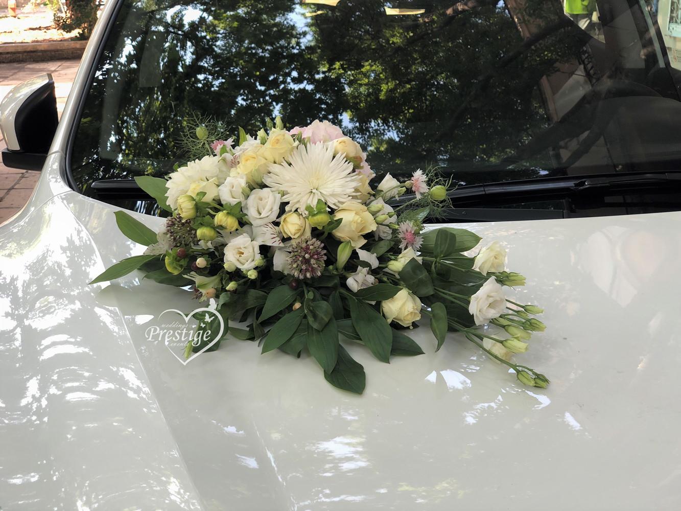 цветя сватбен автомобил